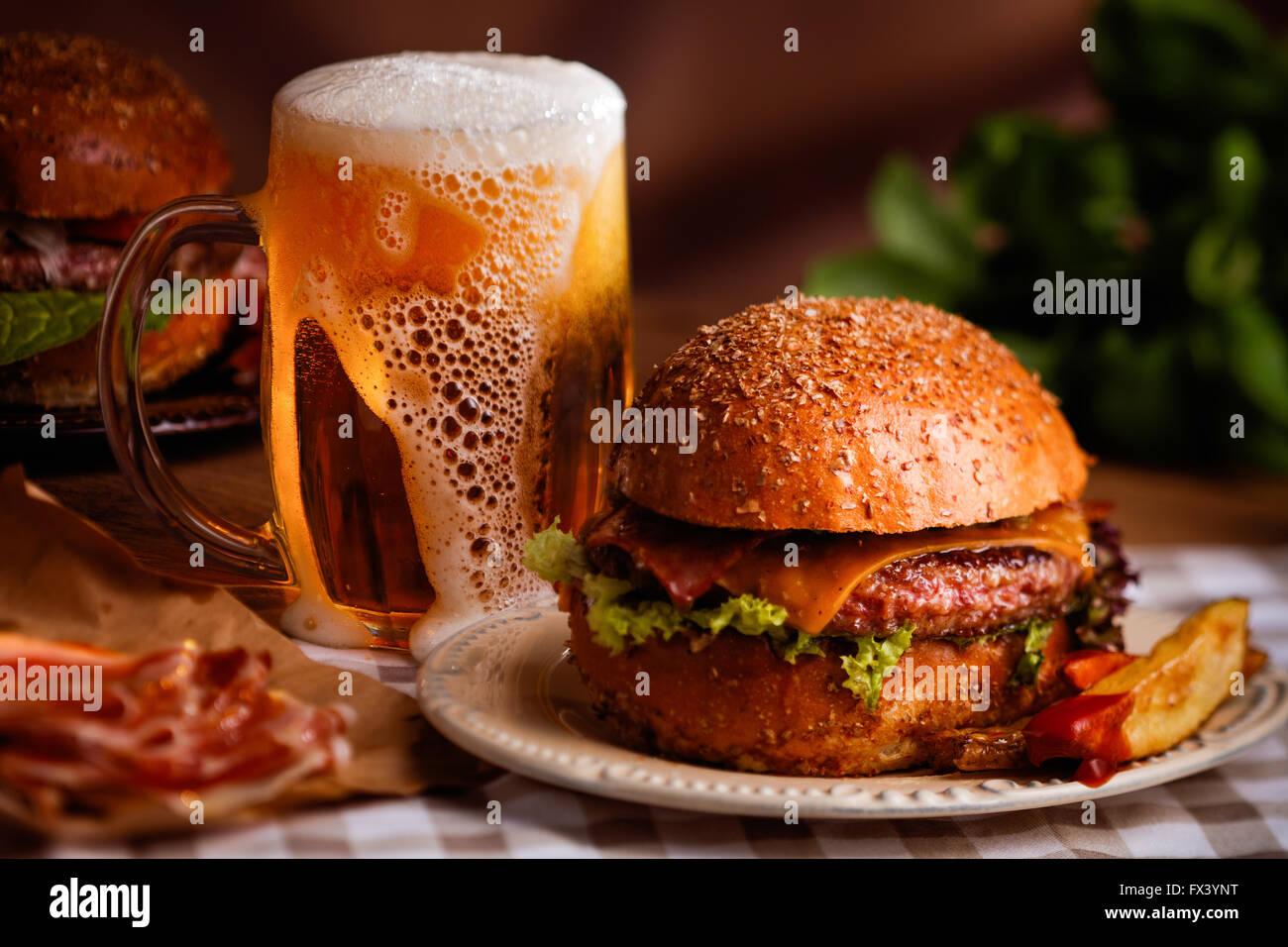Abendessen mit Burger und Bier Stockbild