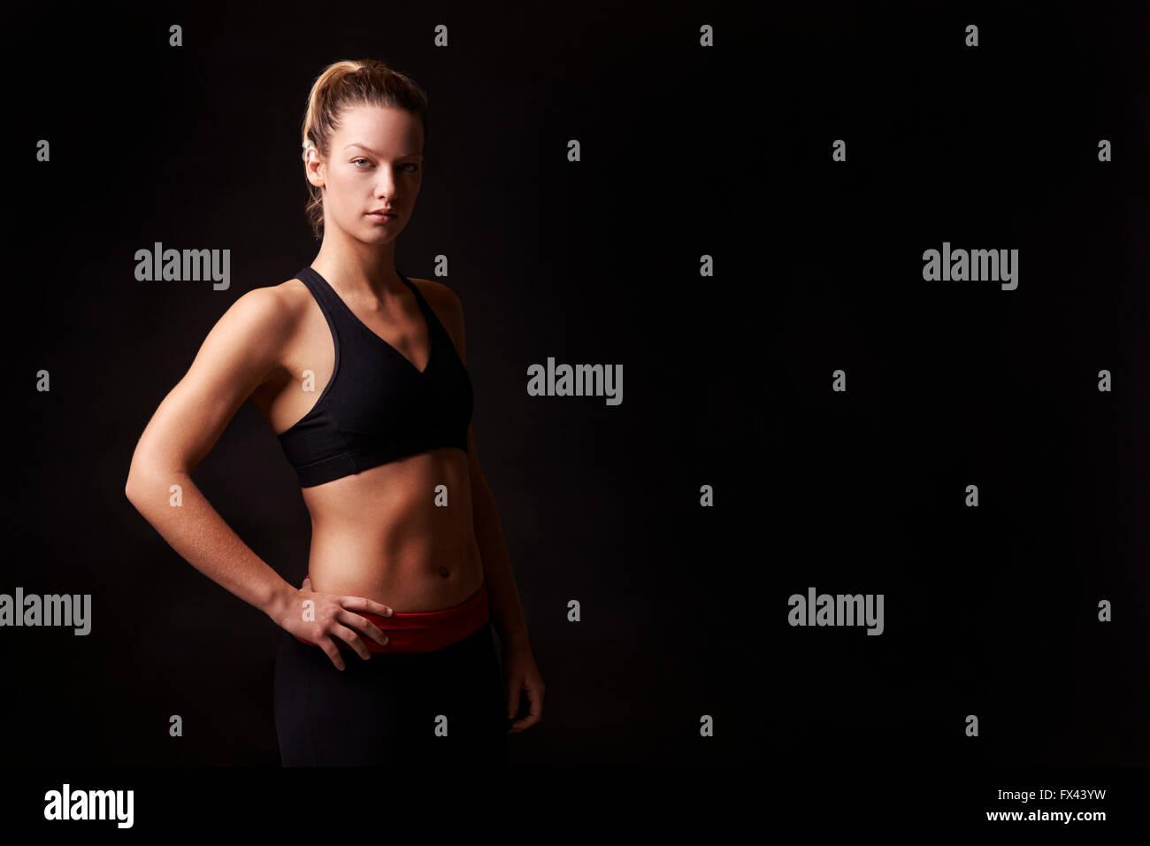 Sportliche blonde Frau auf der Suche, Kamera, Hüfte aufwärts Stockbild
