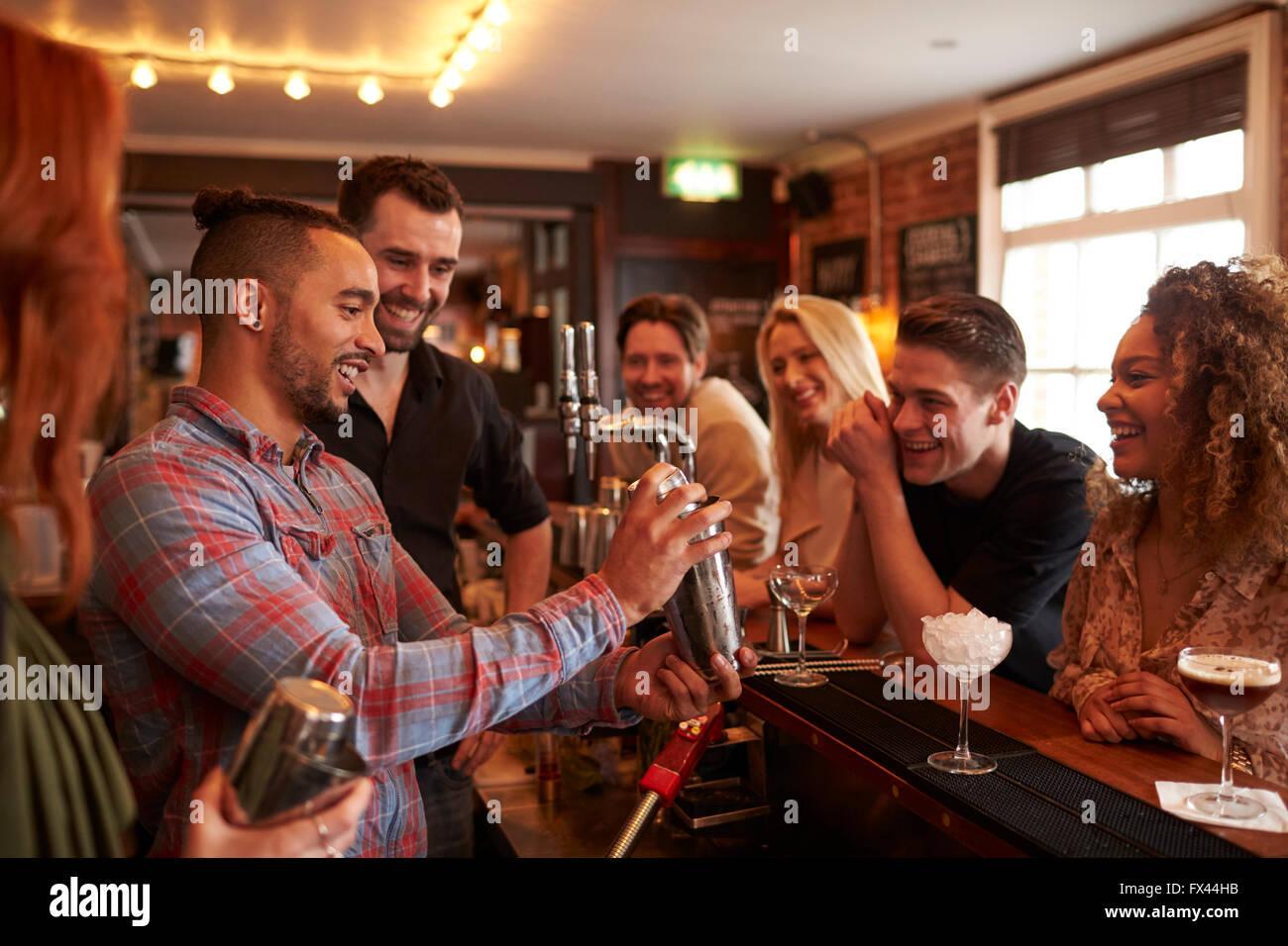 Menschen lernen, wie man bei Lektion Cocktail Mixen In Bar Stockbild