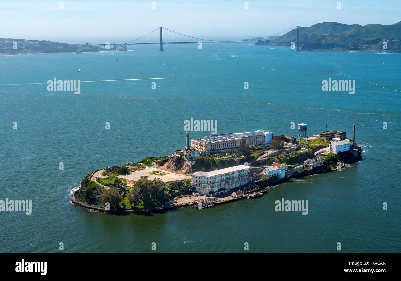 Luftaufnahme, Alcatraz, Golden Gate Bridge im Hintergrund, Alcatraz Island mit Leuchtturm bei Gegenlicht, San Francisco, Stockbild