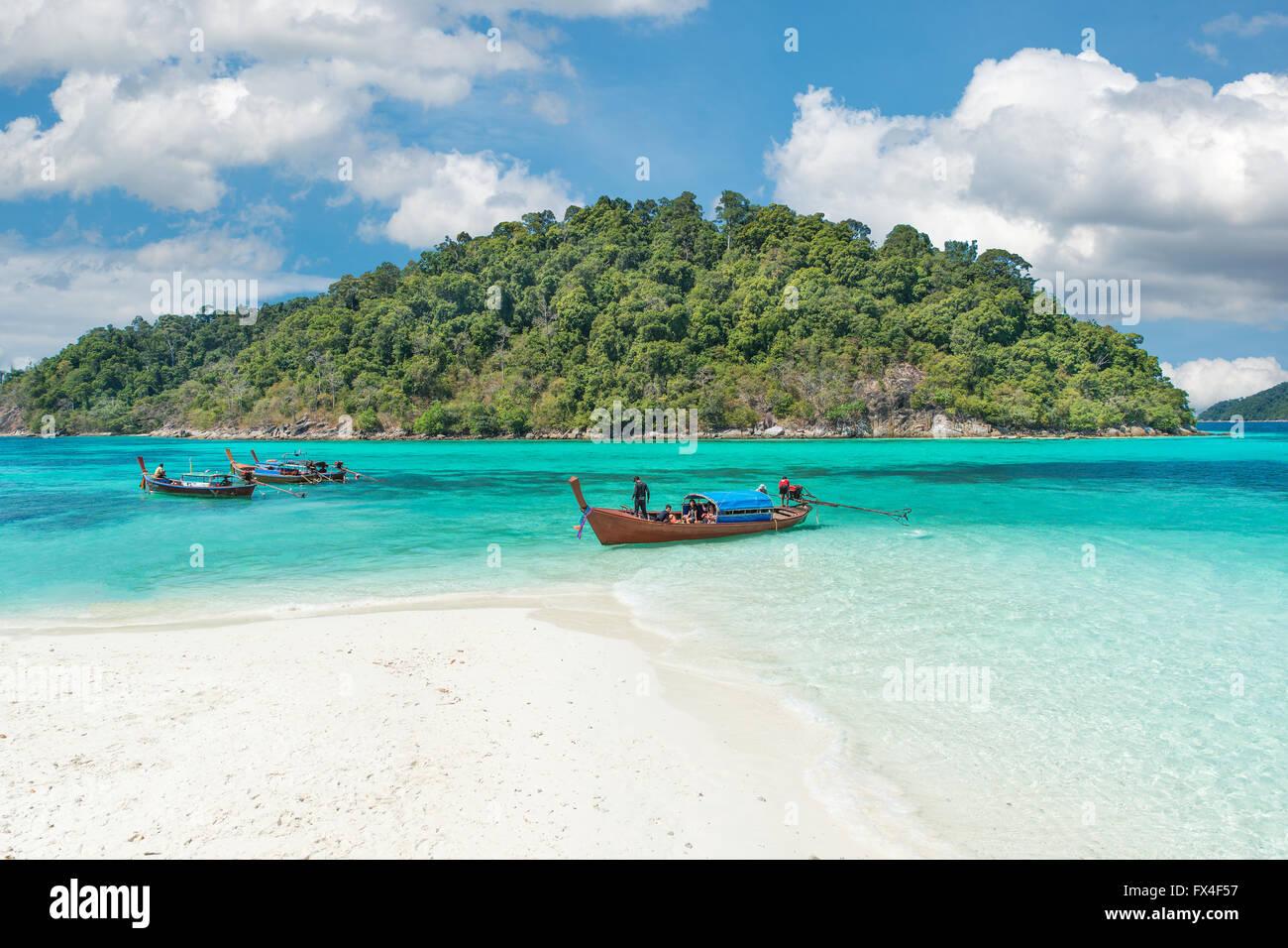 Sommer, Reisen, Urlaub und Ferien-Konzept - Longtale-Boote am schönen Strand, Thailand Stockbild