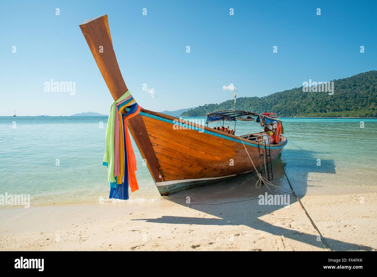 Sommer, Reisen, Urlaub und Ferien-Konzept - tropischen Strand, Longtail Boote auf Lipe Island in Satun, Thailand Stockbild