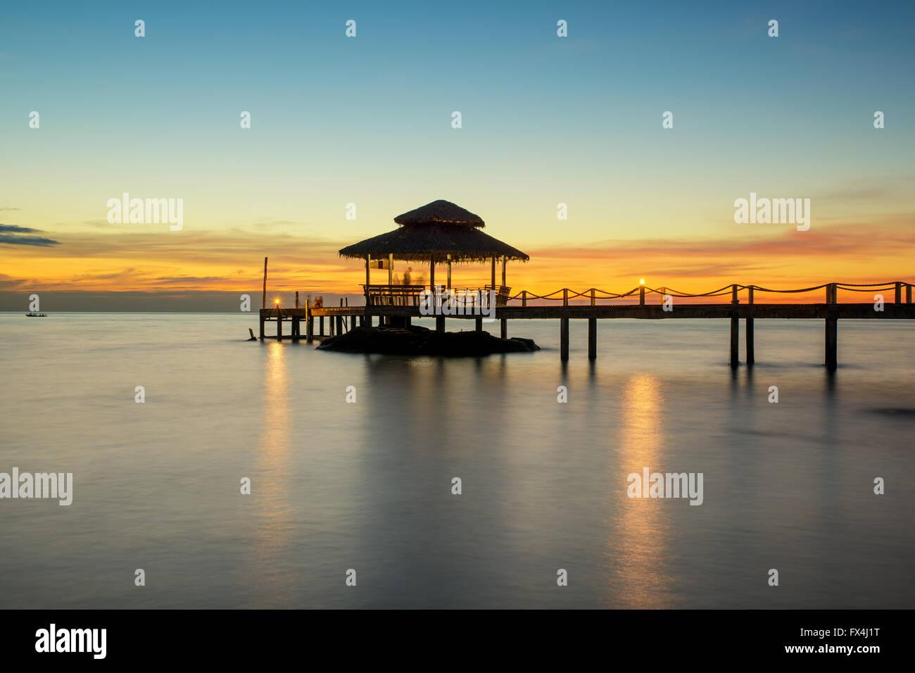 Sommer, Reisen, Urlaub und Ferien-Konzept - Holzsteg zwischen Sonnenuntergang in Phuket, Thailand Stockbild