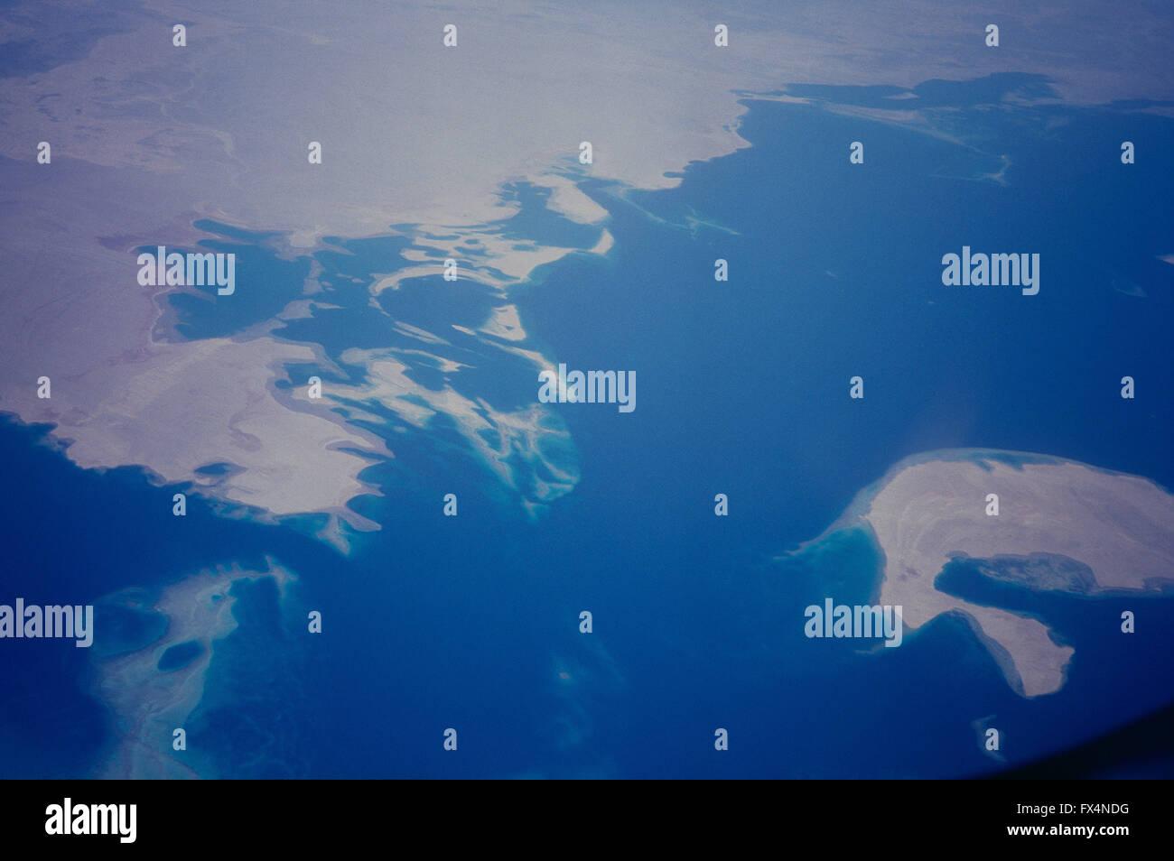 Ein Blick auf die Meerenge von Tiran, Rotes Meer, mit sanafir Insel (unten rechts; Saudi von der Mitte links nach Stockbild