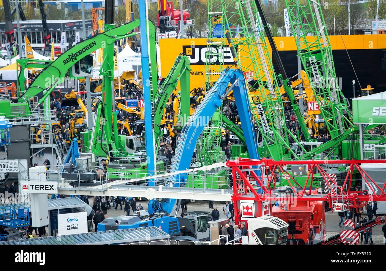 Besucher Auf Der Bau Messe Bauma In Munchen Deutschland 12 April