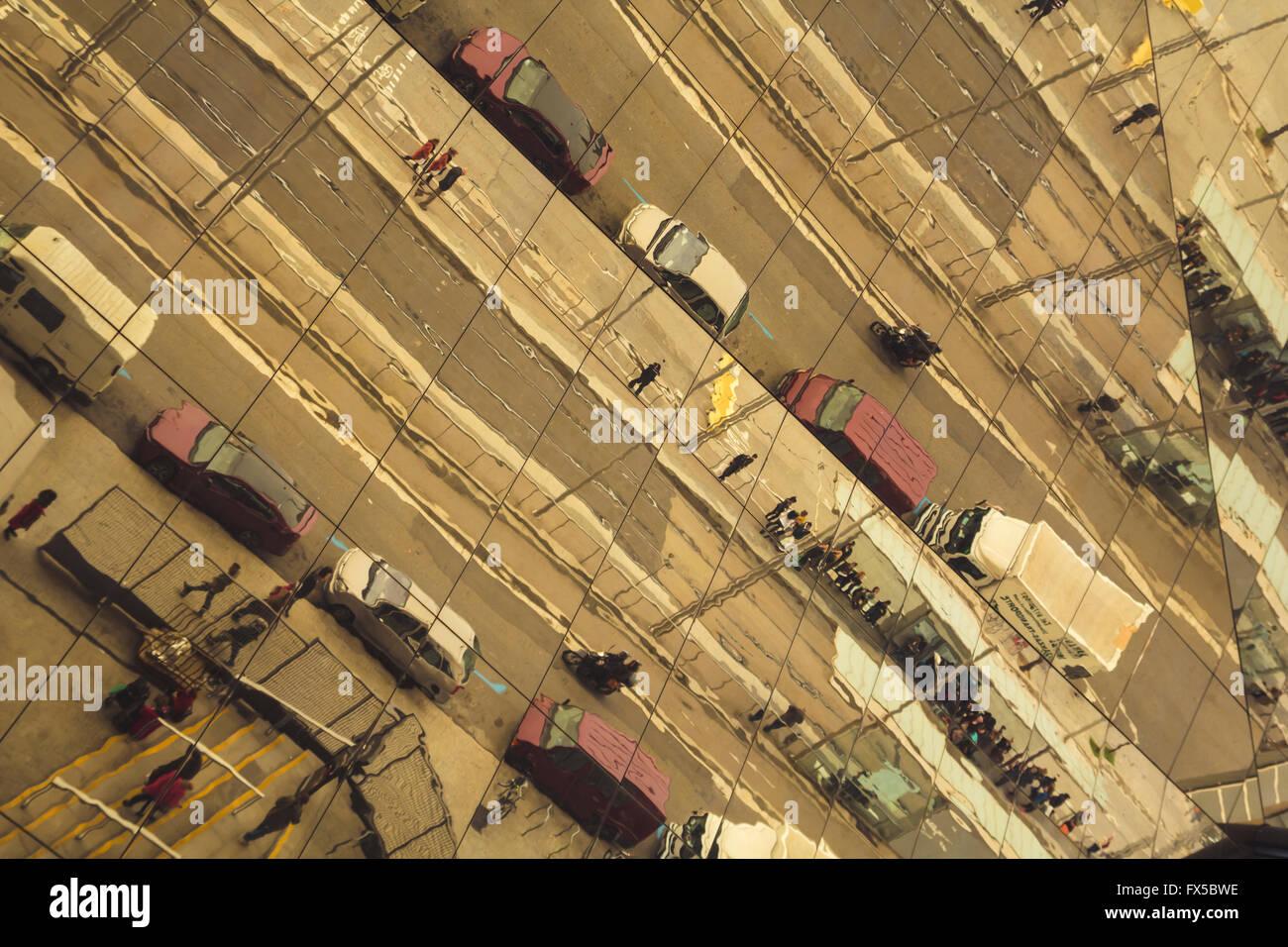 Straße Reflexionen, mit Autos und Menschen Stockfoto