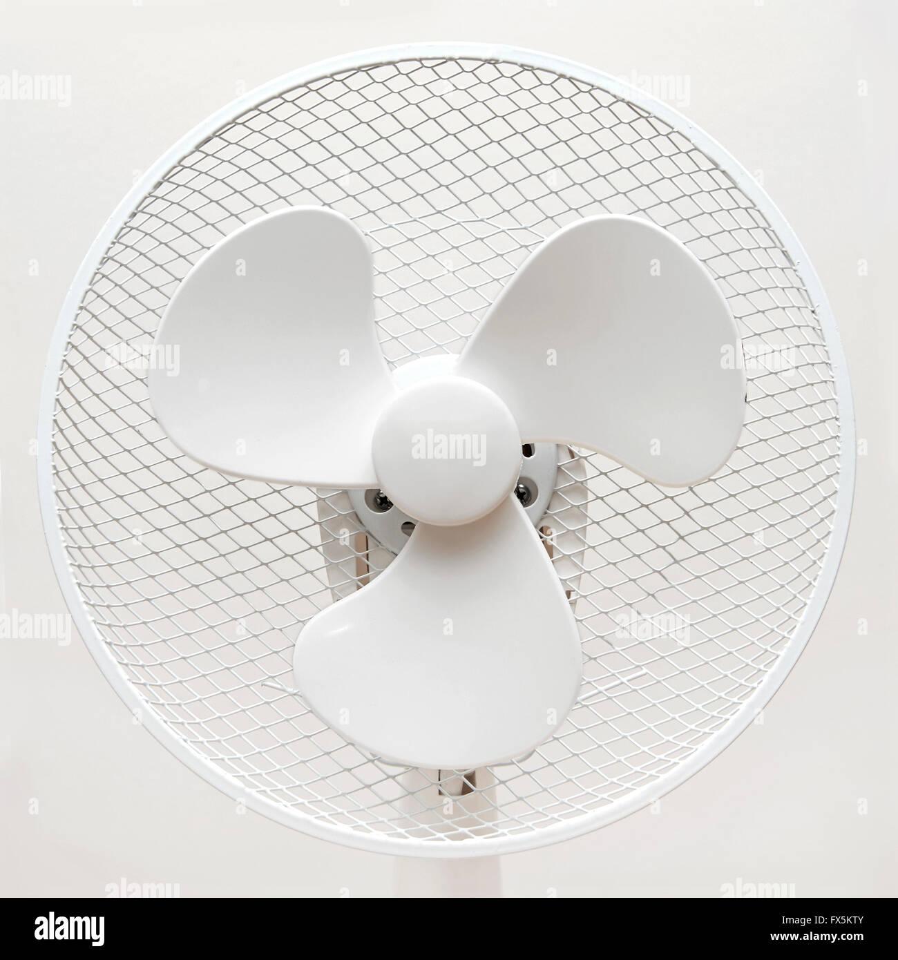 Nahaufnahme eines weißen mechanische Tisch-Fan Stockbild