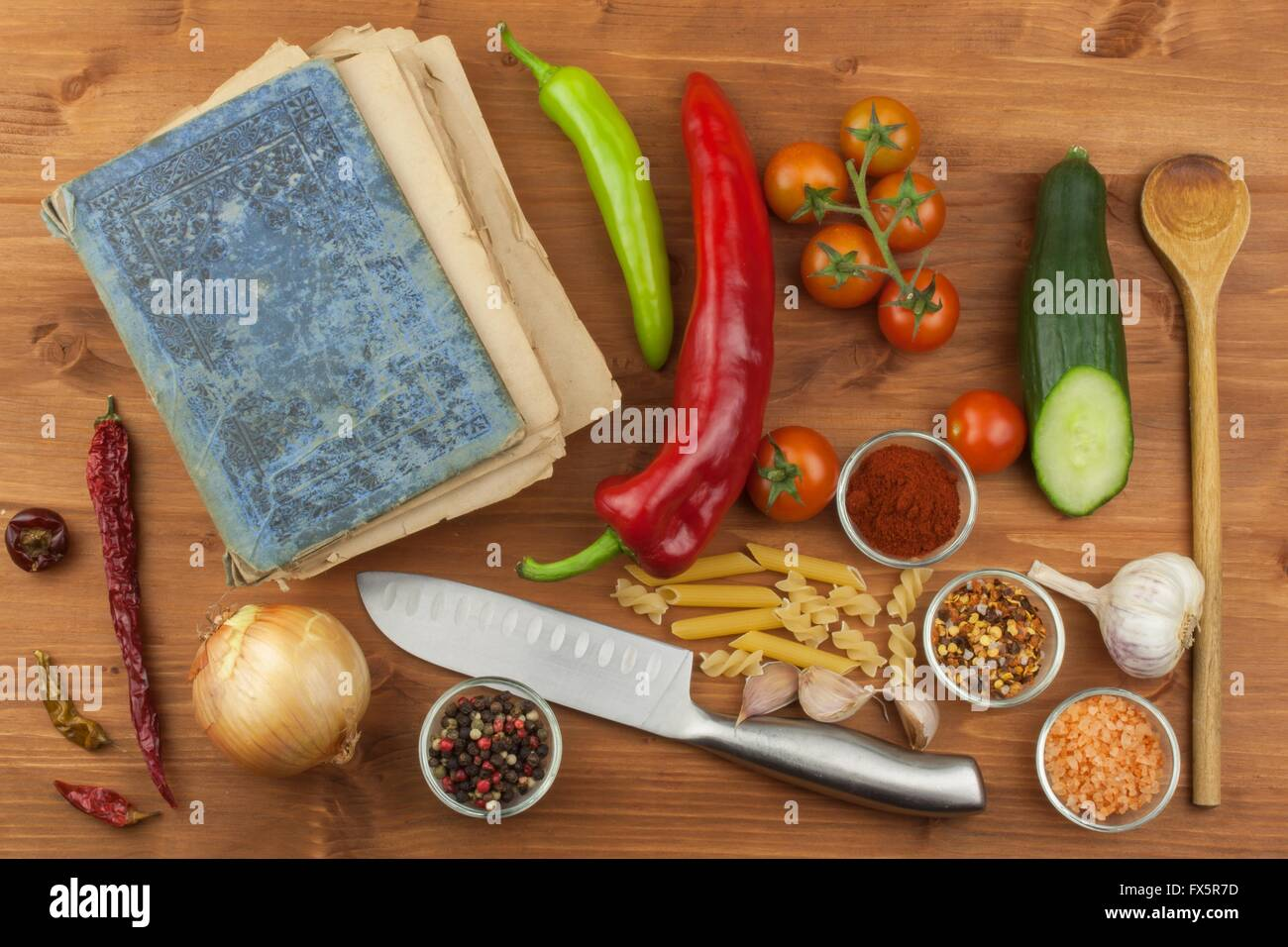 Am Alten Kochbuch Rezepte Auf Einem Holztisch Gesundes Gemuse Zu