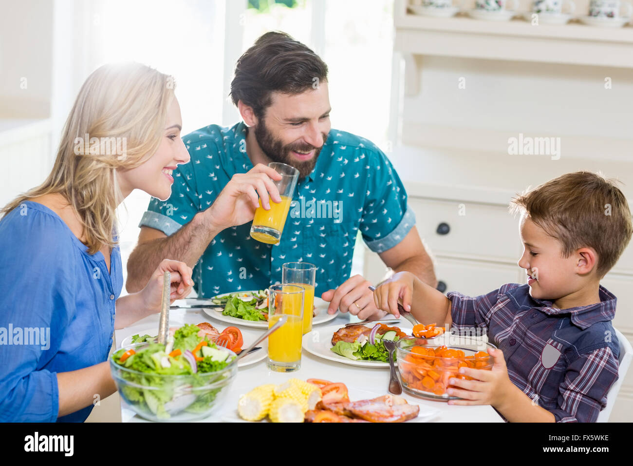 Familie mit Essen in der Küche Stockbild