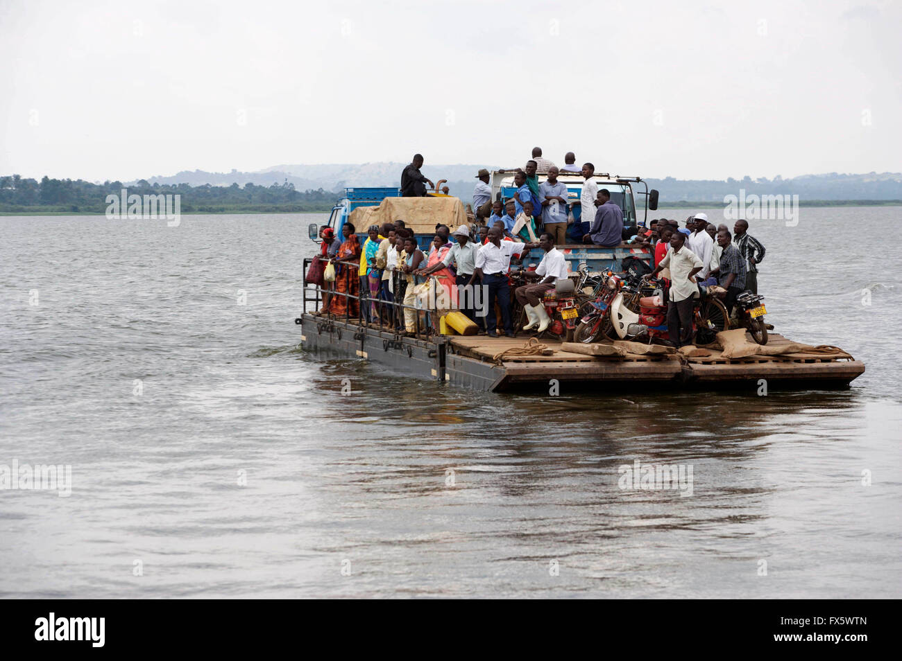 f hrstelle boot mit passagieren am victoriasee in uganda. Black Bedroom Furniture Sets. Home Design Ideas