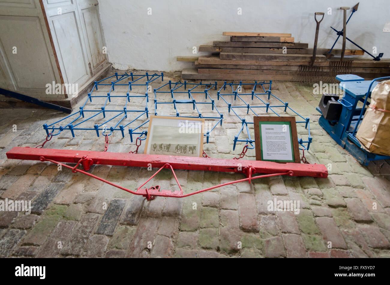 Fußboden Aus Alten Ziegeln ~ Alte egge auf dem display auf einem ziegel fußboden stockfoto bild