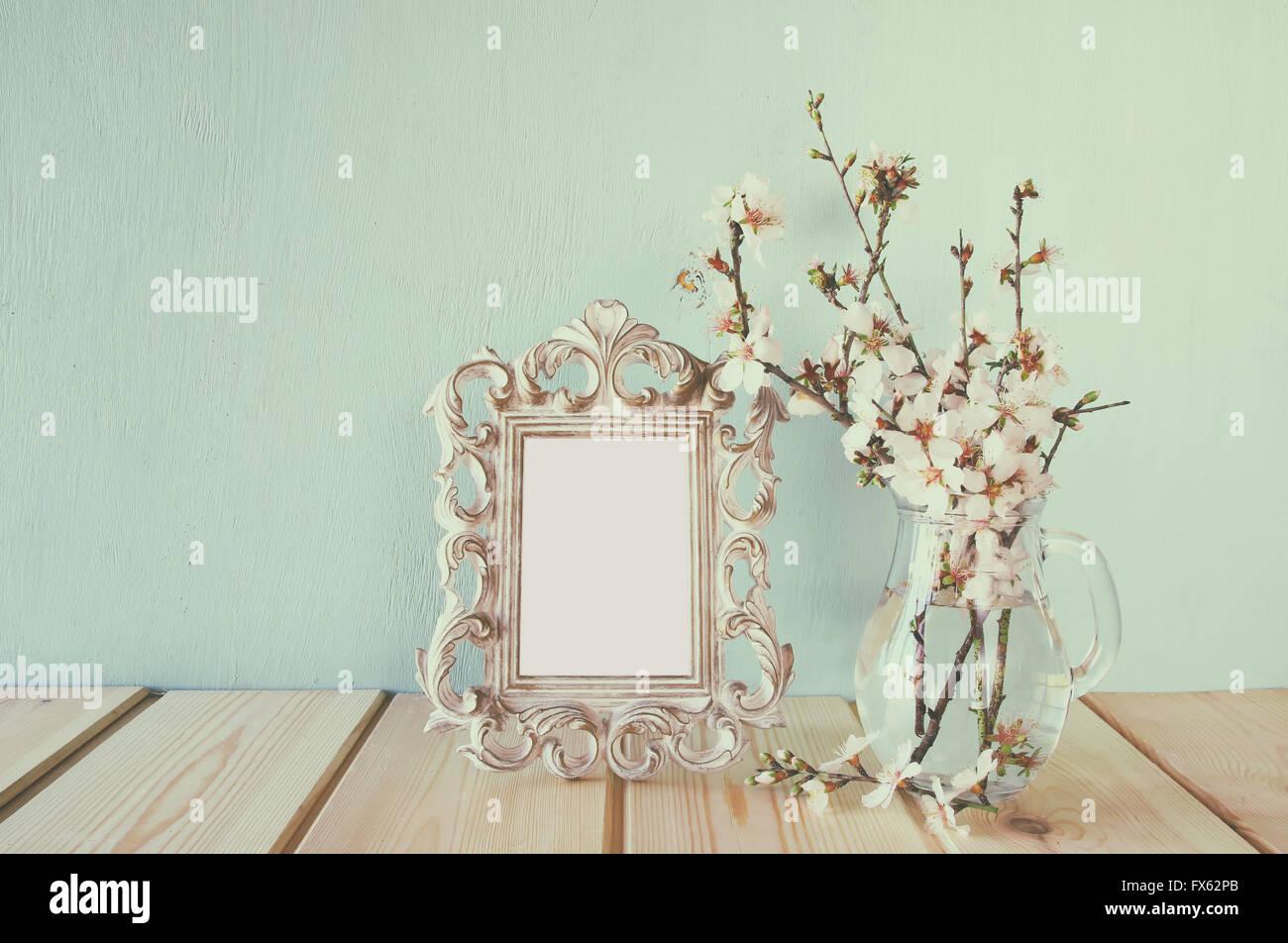 Vintage-leere Rahmen neben weißen Frühlingsblumen. selektiven Fokus ...