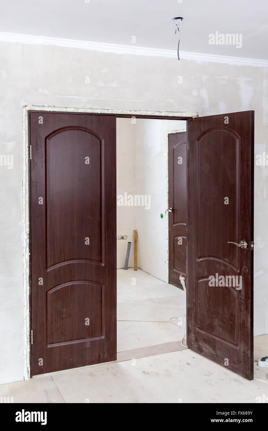 gerade installiert Tür in der Türöffnung mit Schaum gefüllt Stockfoto