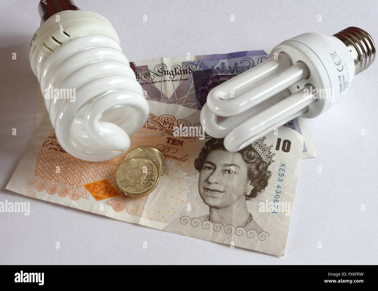 Energie sparen-Lampen, mit Geld Banknoten Stockbild