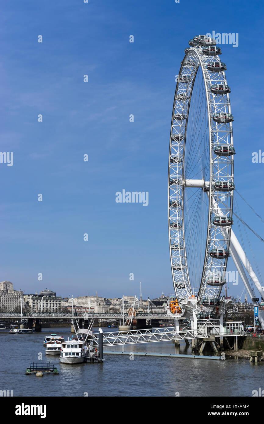 Blick auf die Themse und das London Eye, Westminster Bridge, London, UK entnommen Stockfoto