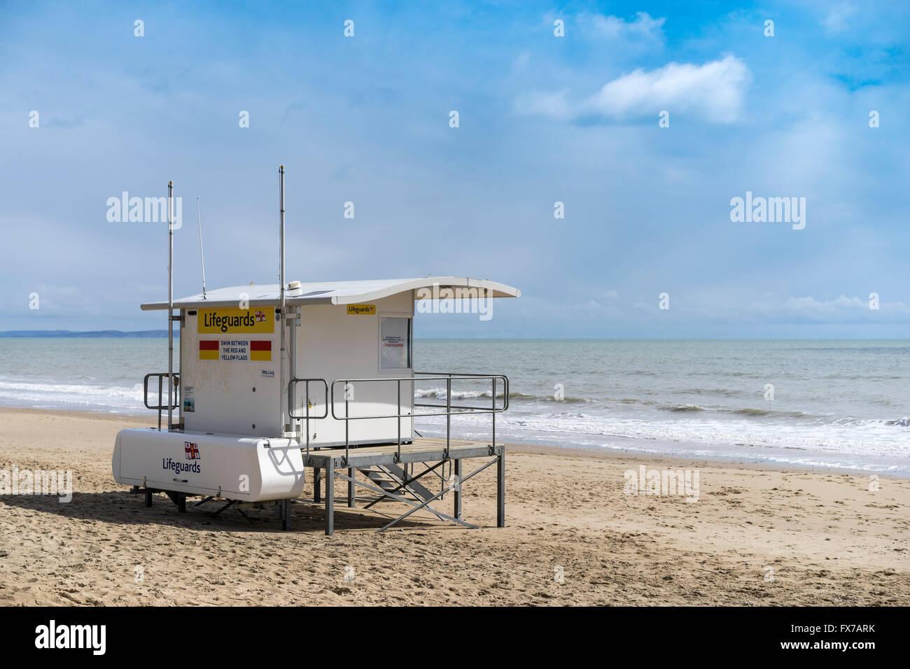 Strandwache an einem einsamen Sandstrand, Bournemouth, UK Stockfoto