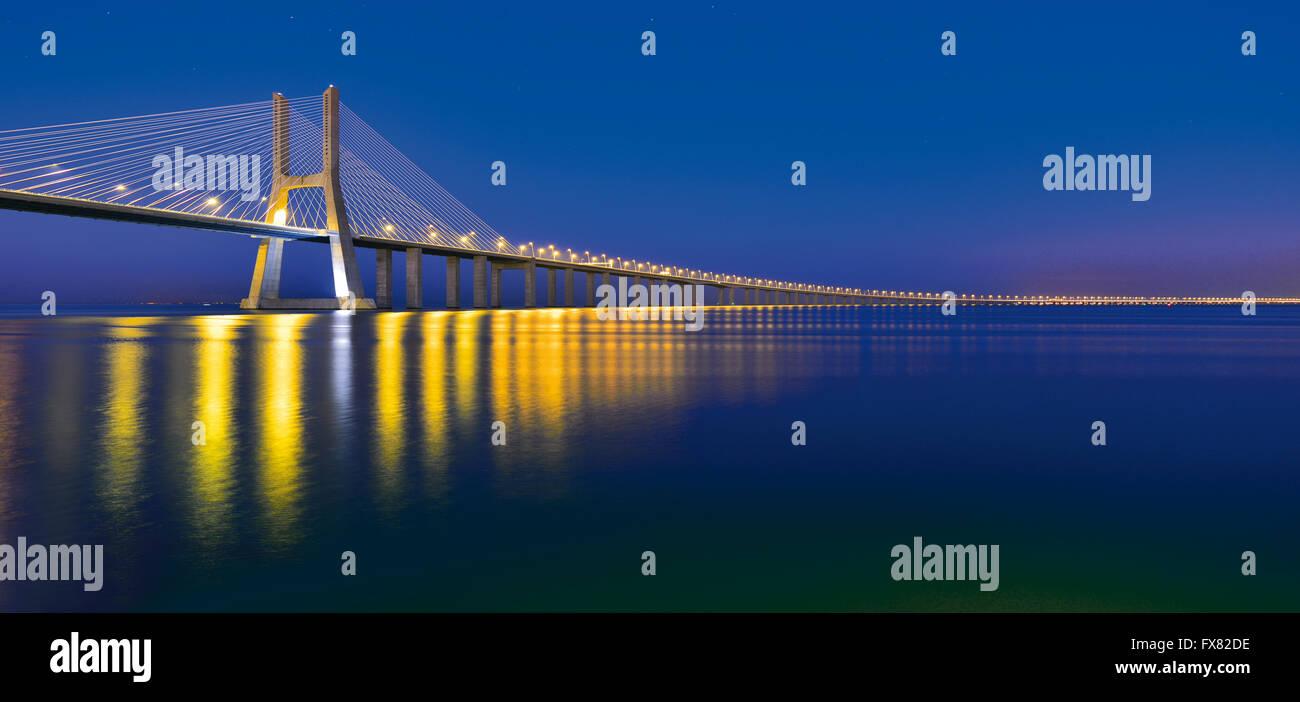 Portugal, Lissabon: Nächtliche Blick auf Vasco da Gama Bridge Stockbild