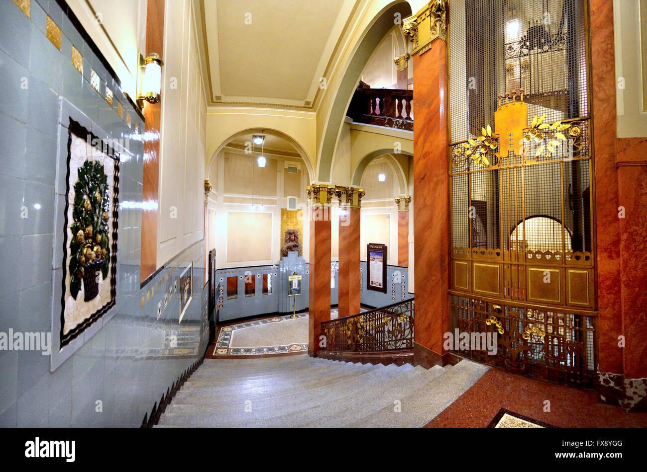 https://c8.alamy.com/compde/fx8ygg/prag-tschechische-republik-obecni-dum-gemeindehaus-1912-jugendstil-interieur-stufen-hinunter-in-den-keller-fx8ygg.jpg