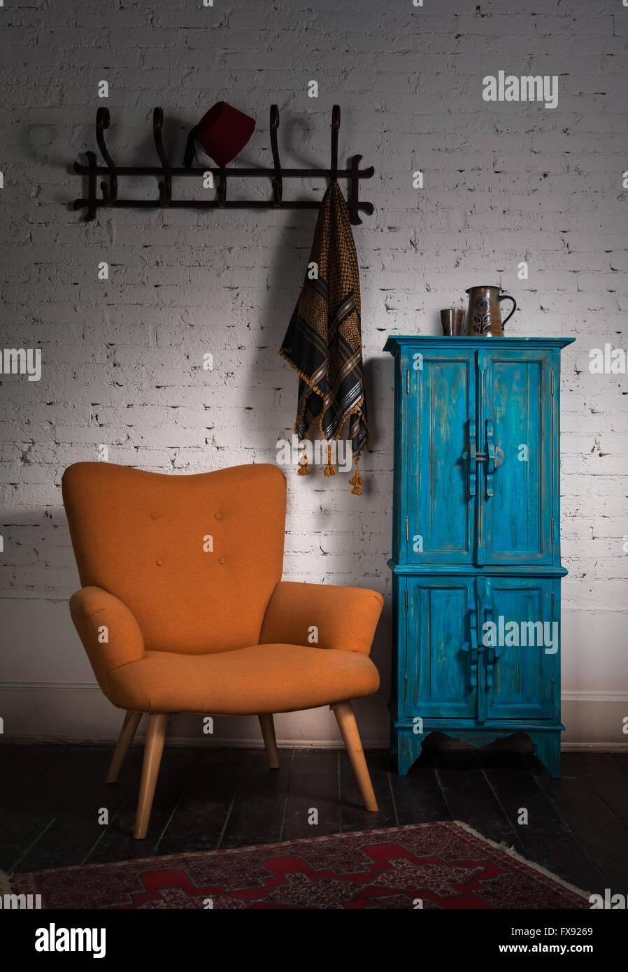 Vintage Orange Sessel Blauen Schrank Wand Aufhangen Und Schwarzen