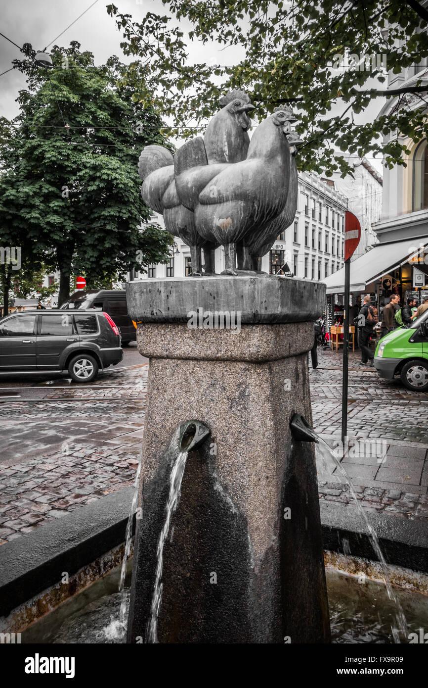Brunnen mit Skulptur von Hühnern Stockbild