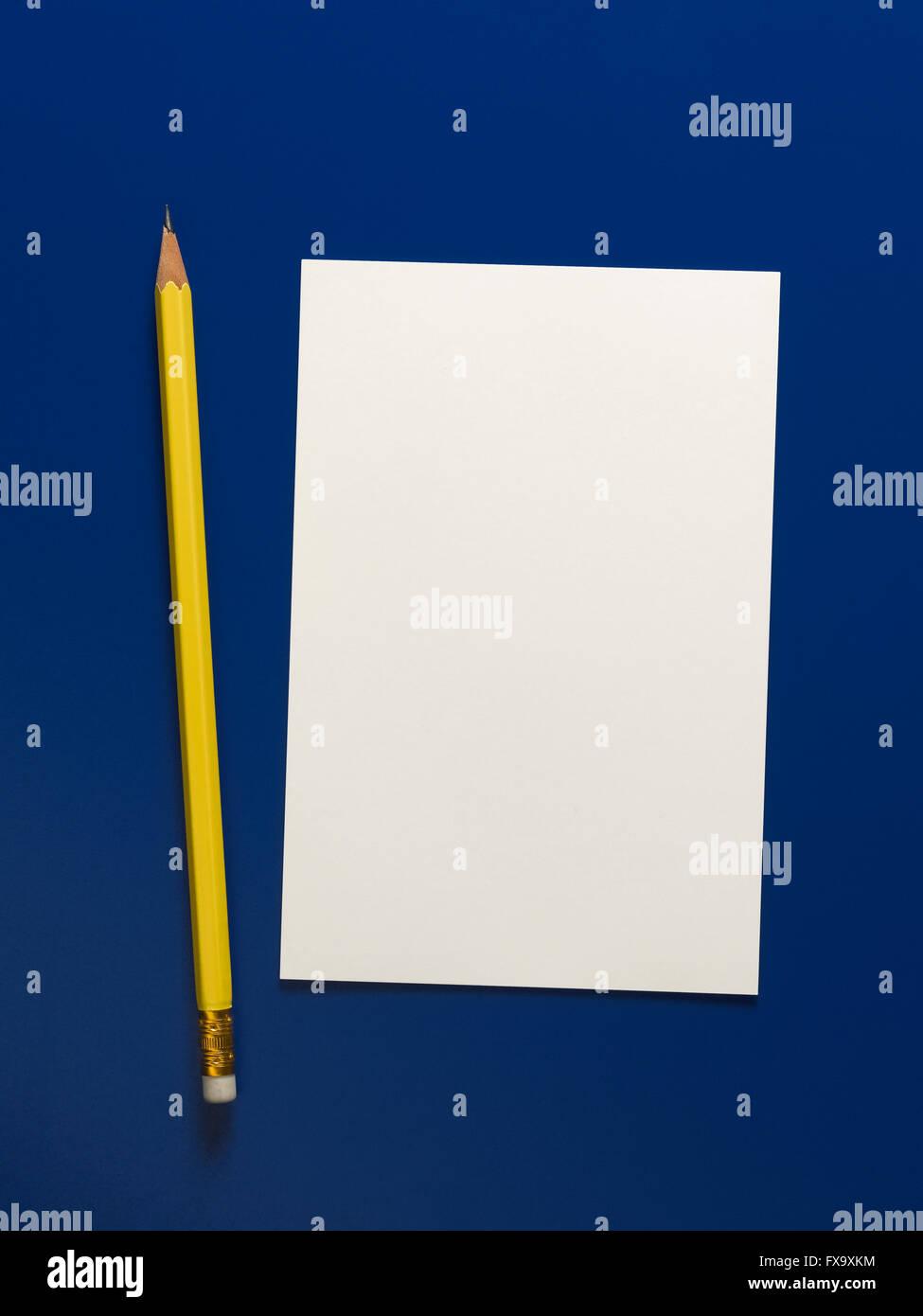 Gelbe Bleistift auf einem blauen Hintergrund isoliert Stockbild