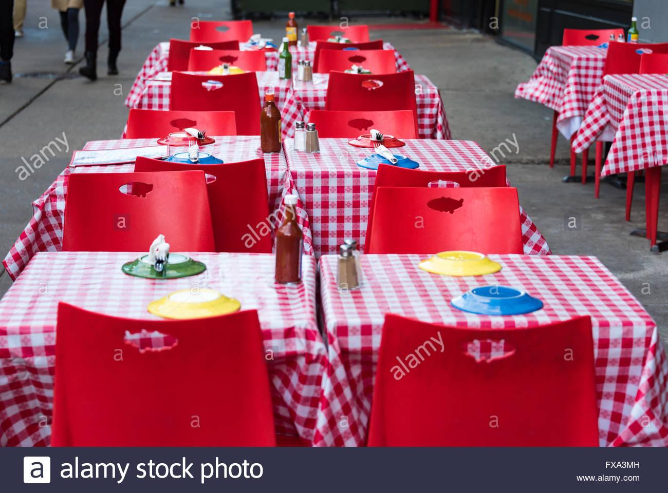 Im freien Restaurant mit roten und weißen Streifen Tisch Tuch und rote Stühle. Stockbild