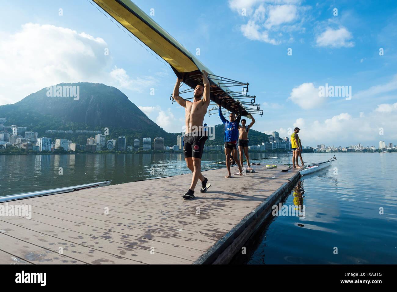 RIO DE JANEIRO - 1. April 2016: Mitglieder der Vasco da Gama rowing Club tragen ihr Boot zurück zum Clubhaus Stockbild