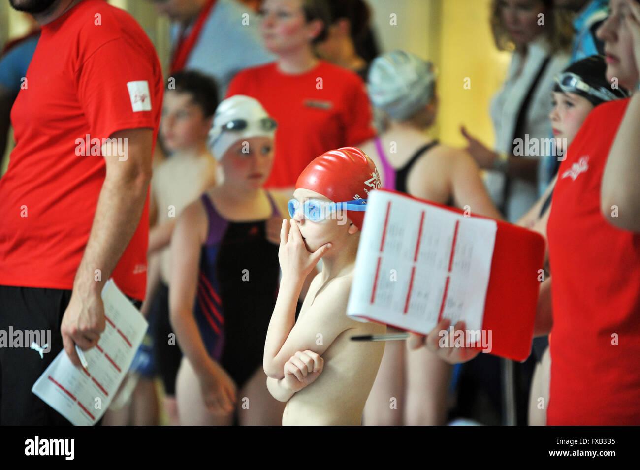 Schwimmfest, Kinder warten die Ergebnisse der Rennen. Stockbild