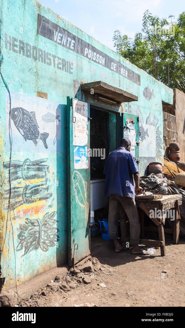 Fischhändler-Shop in Bamako, Mali Stockbild