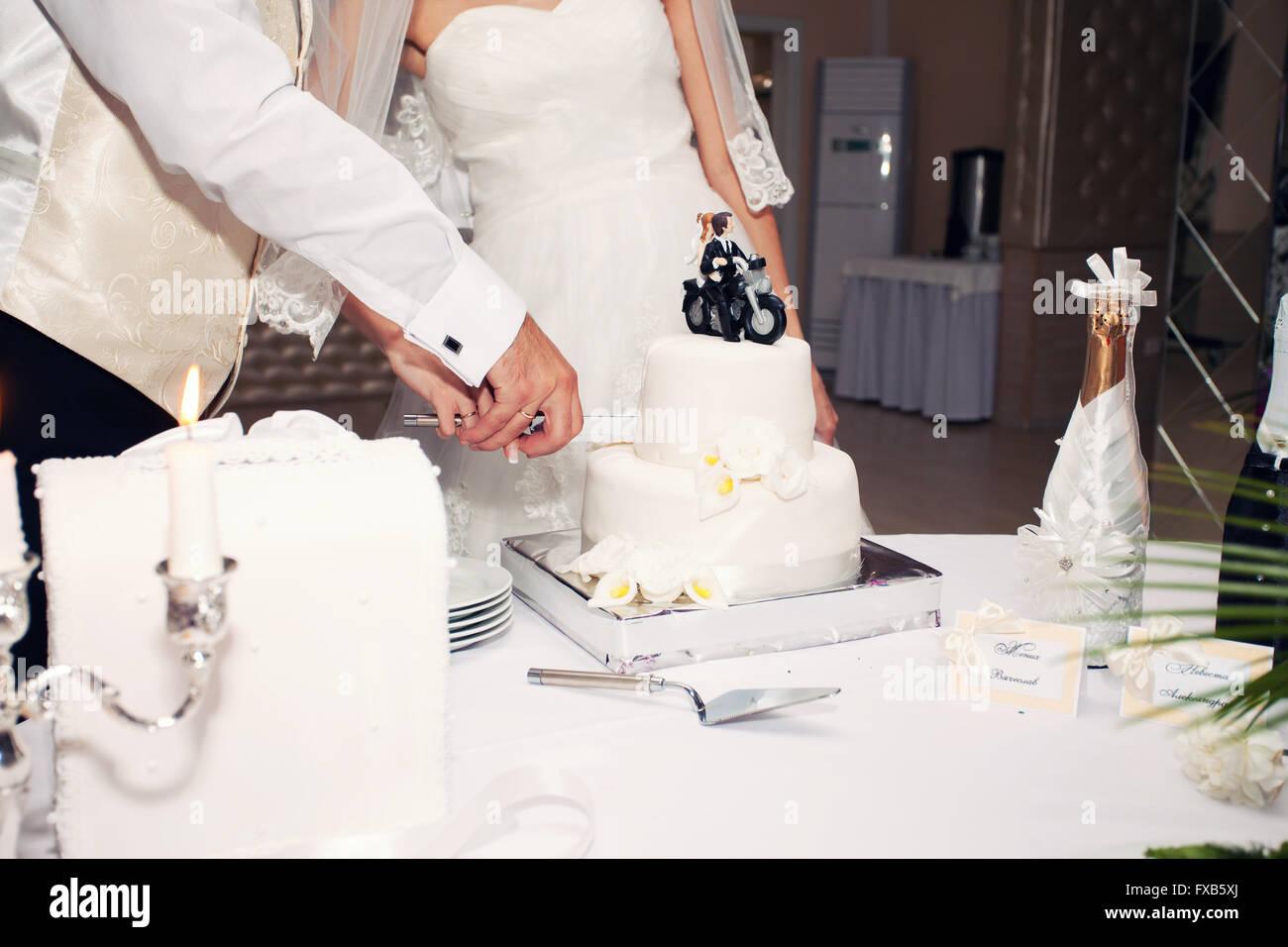 Frisch Vermahlte Schneiden Die Hochzeitstorte Brautpaar Am Motorrad