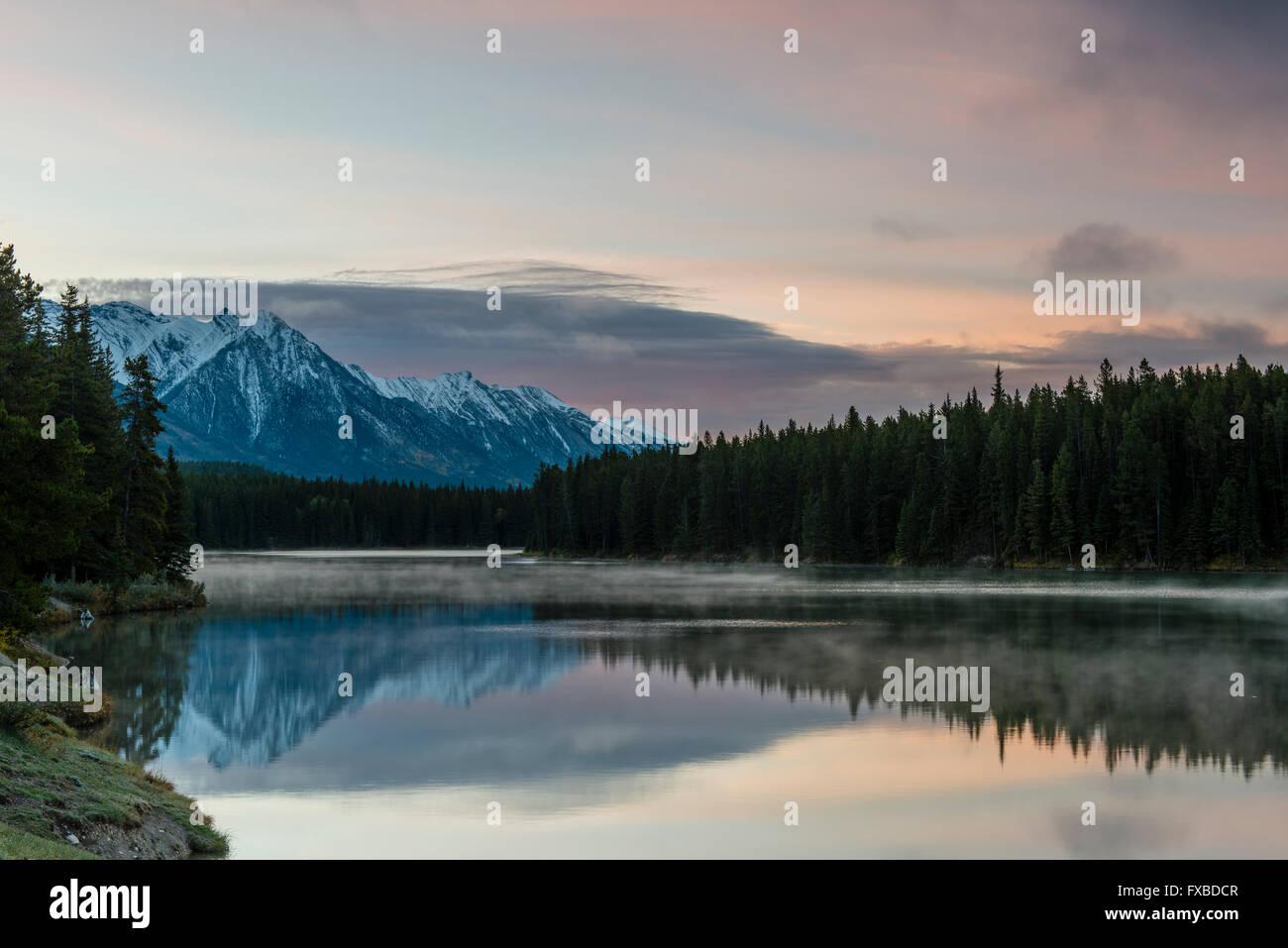 Johnson Lake, Banff Nationalpark, Kanadische Rockies, Provinz Alberta, Kanada Stockbild