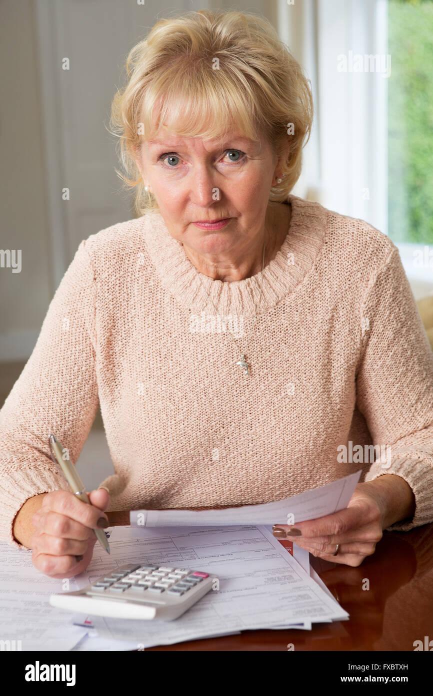 Betroffenen Senior Woman inländische Finanzen überprüfen Stockbild