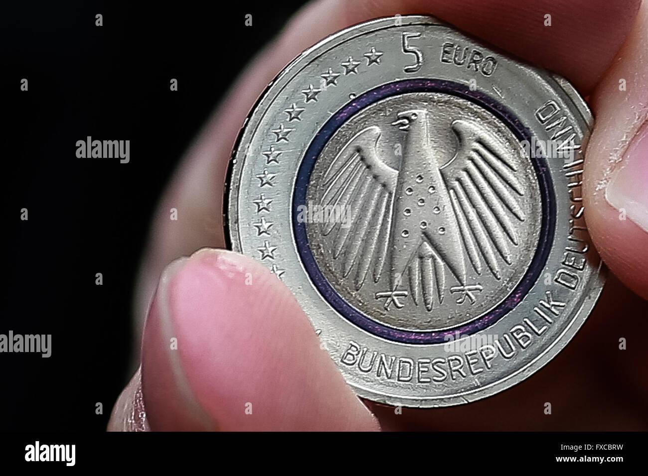 Berin Deutsche Zentralbank 14 April 2016 Ein Mann Zeigt Seine