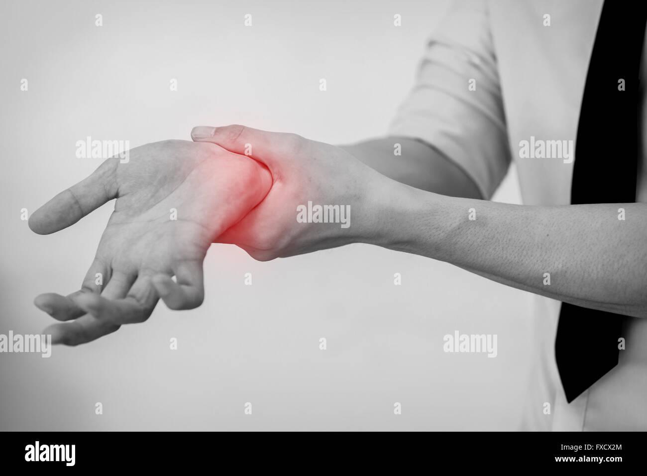 Büro-Mann berühren schmerzhafte Handgelenk. Schmerzen im Handgelenk ein Mann. Stockbild