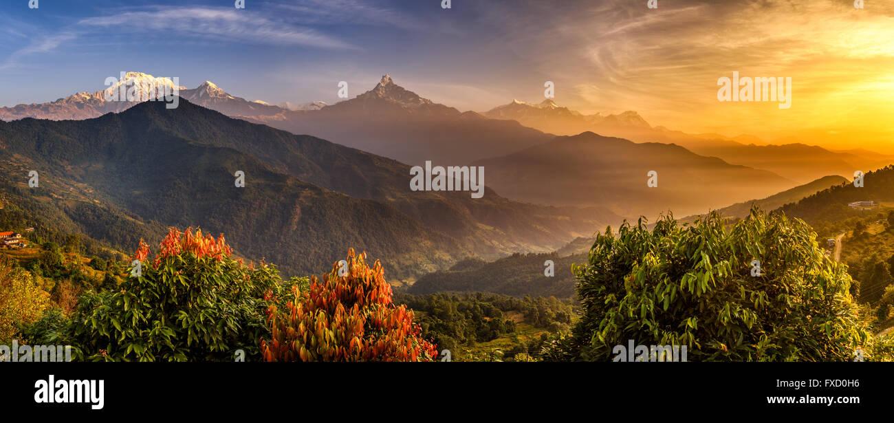 Sonnenaufgang über dem Annapurna. Annapurna ist eine Sammlung von Bergen im Himalaya in der Nähe von Pokhara Stockbild