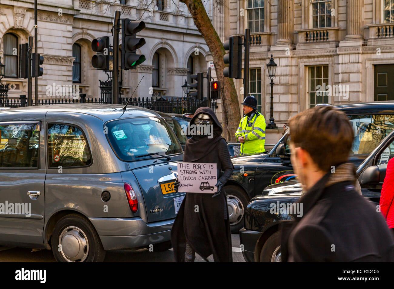 London Taxi Drivers Association Protest gegen Uber in London, hundert der schwarzen Londoner Taxis blockade Whitehall Stockbild