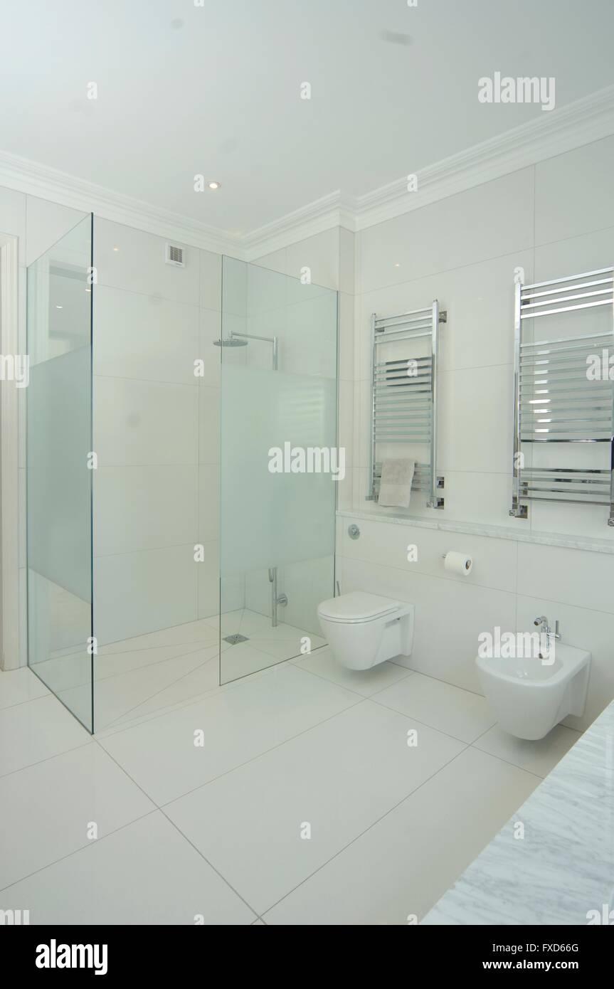 Moderne Badezimmer, Dusche und WC mit Wand-Heizung ...
