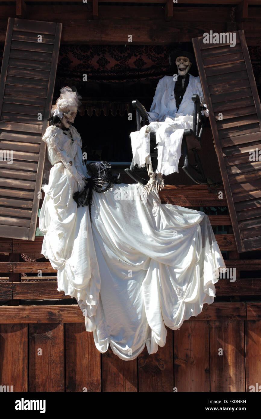 Halloween Skelette in weißen Kleidern, Calico Ghost Town, Silber ...
