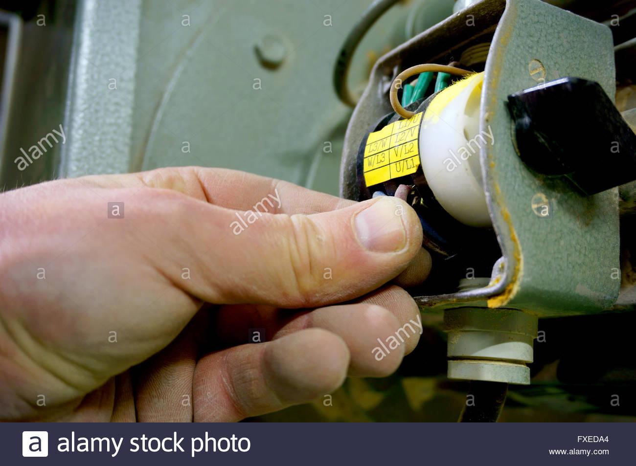 Verdrahtung Schalter Maschine Mensch Stockfoto, Bild: 102350700 - Alamy