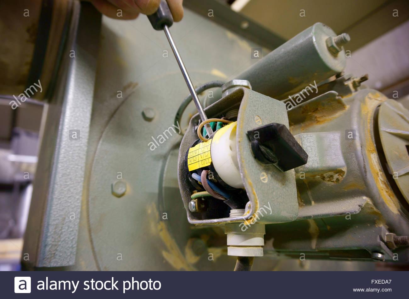 Verdrahtung Schalter Maschine Mensch Stockfoto, Bild: 102350703 - Alamy