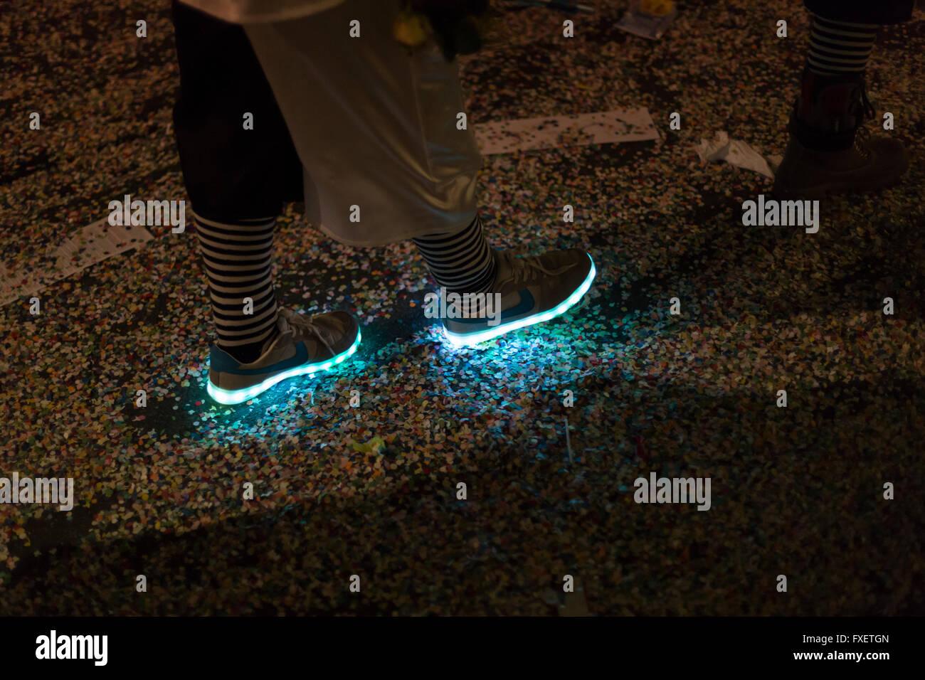 the latest 39ead c889b Blick auf Neon leuchtende Schuhe getragen von einem Basel ...