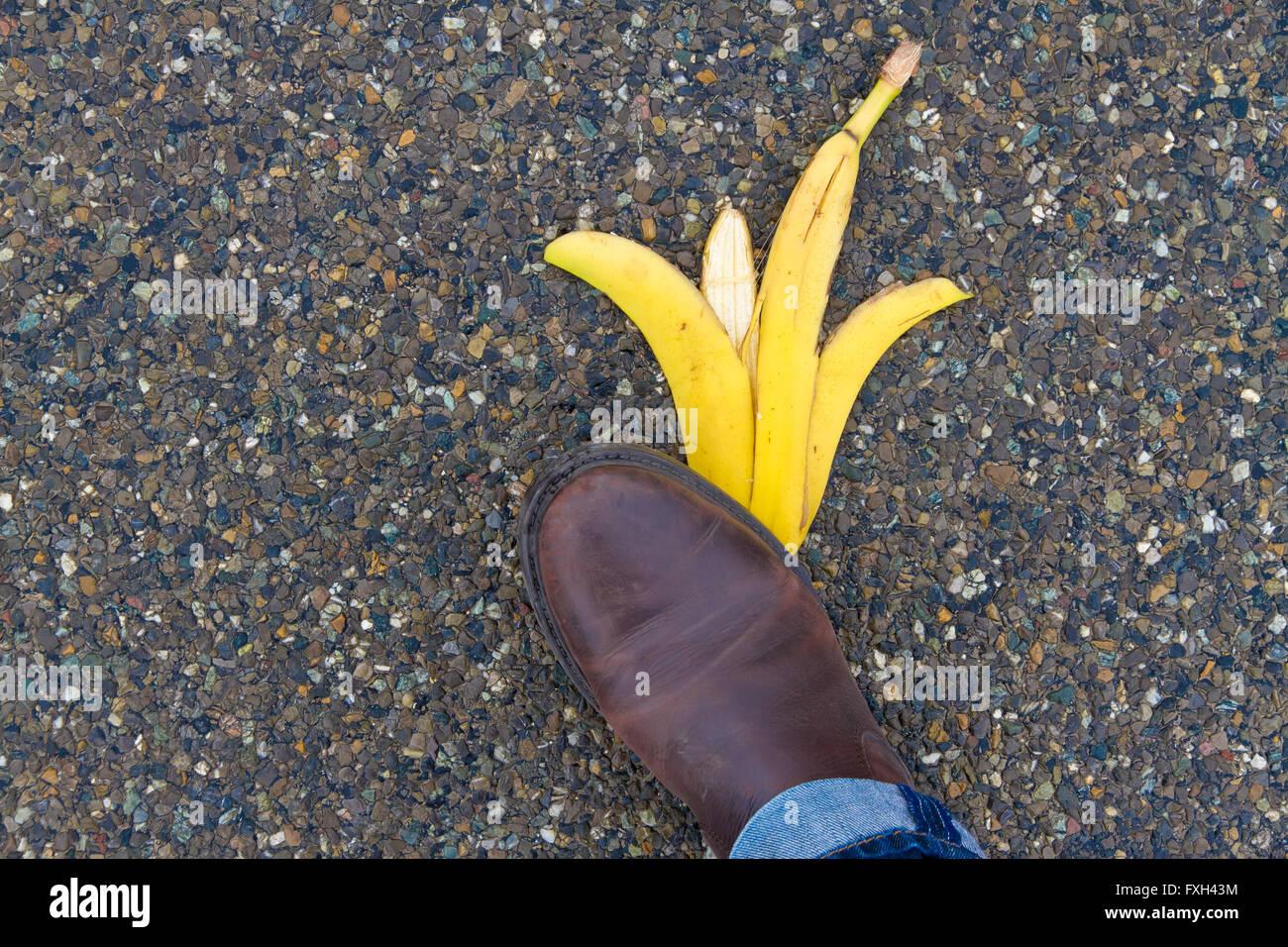 Mann, Ausrutschen und hinfallen auf einer Bananenschale Stockbild
