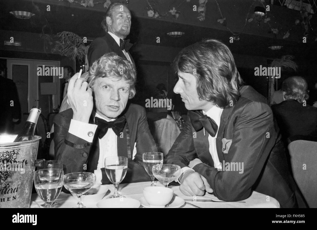 Schauspieler Hardy Krüger (Links) Mit Sänger Udo Jürgens Beim SPIO Filmball in München 1976, Stockbild