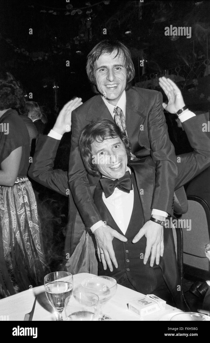 Brüder Udo Jürgens und Manfred Bockelmann albern herum beim SPIO Filmball in München 1976, Deutschland Stockbild