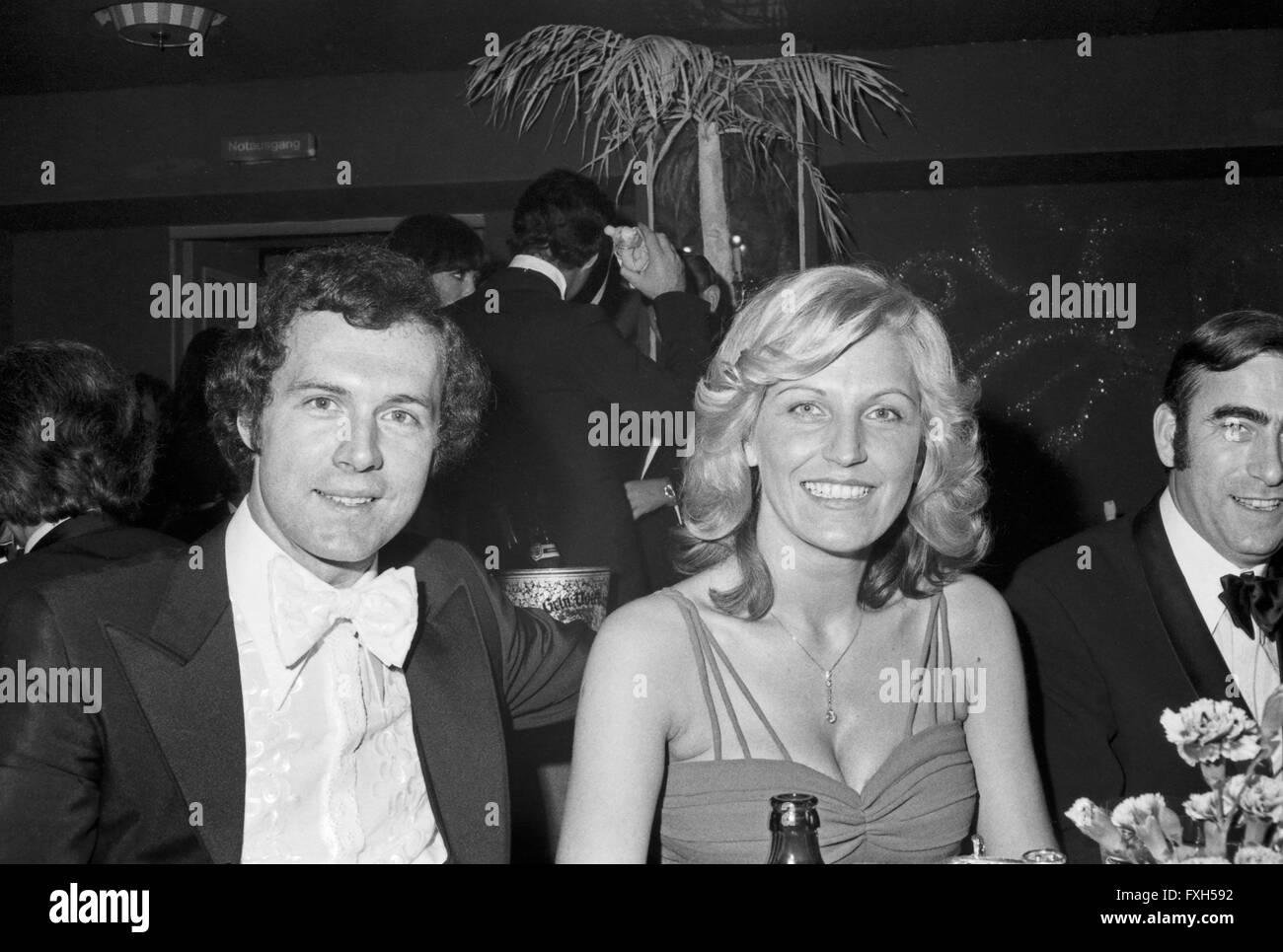 Der Deutsche Irish Franz Beckenbauer Mit Ehefrau Brigitte Beim SPIO Filmball in München 1976, 1970er Jahre Stockbild