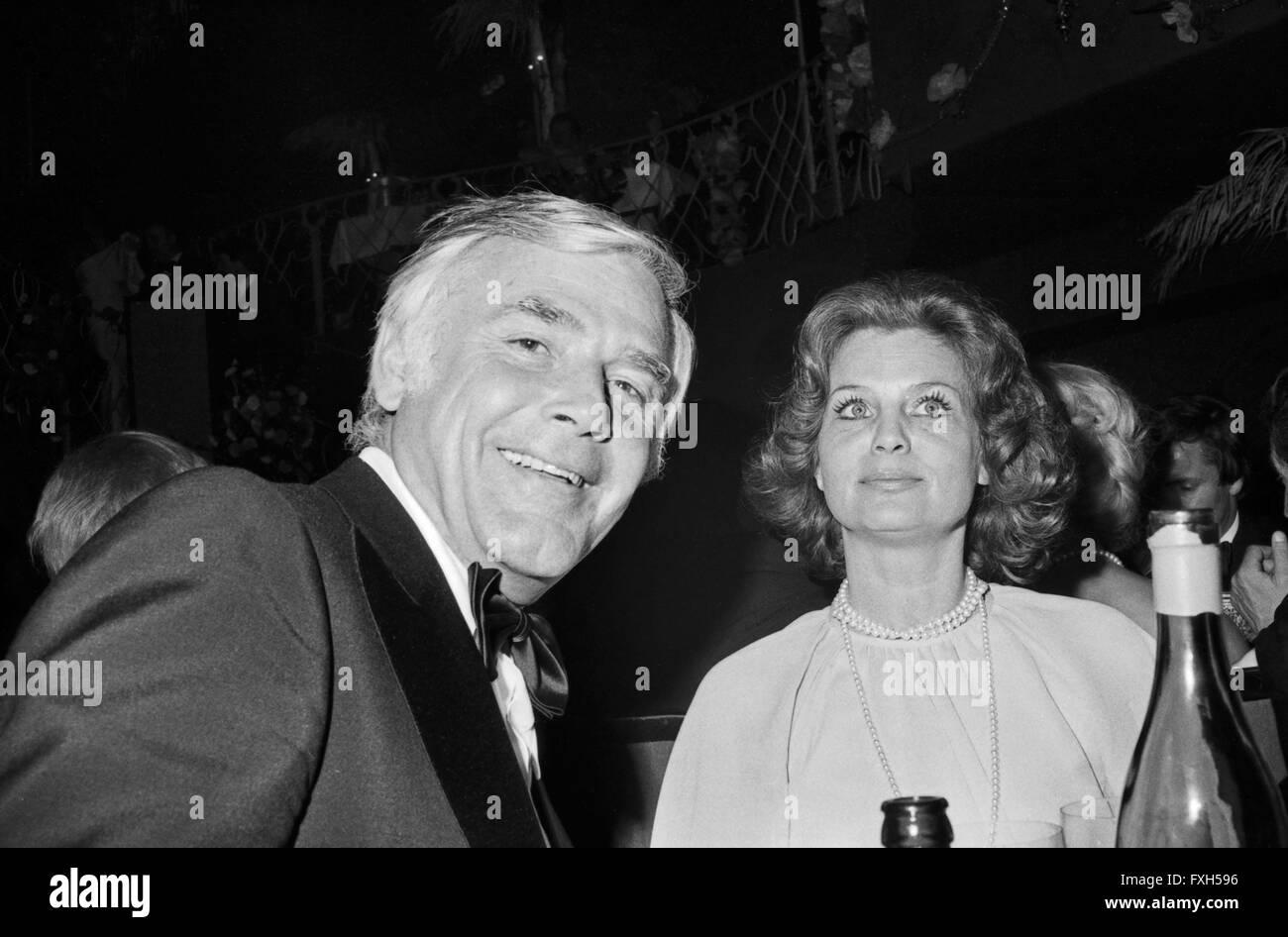 Schauspieler Und Moderator Joachim Fuchsberger Mit Ehefrau Gundel Beim SPIO Filmball in München 1976, 1970er Stockbild