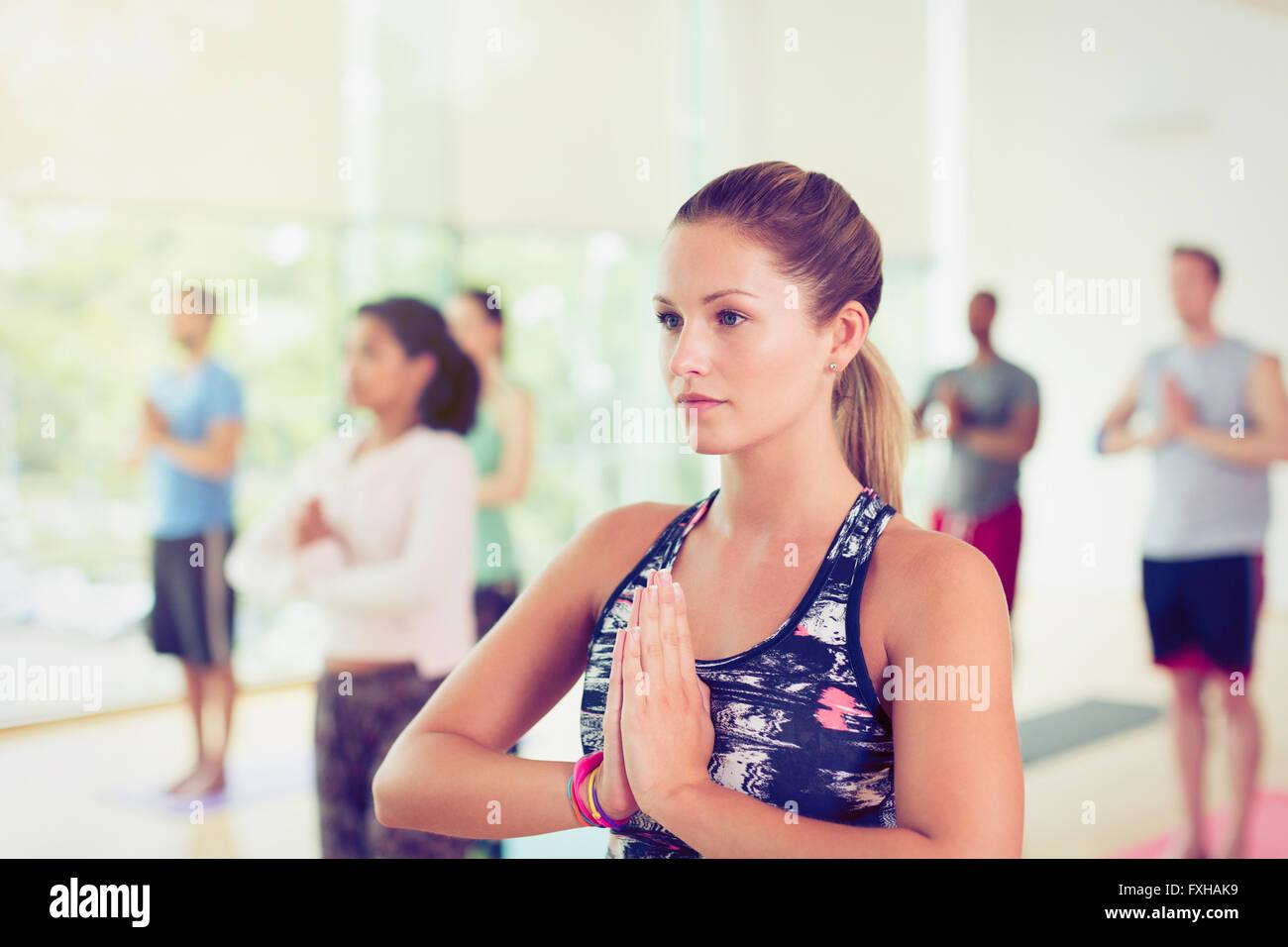 Konzentrierte sich Frau mit Hände im Gebet Position im Yoga-Kurs Stockbild
