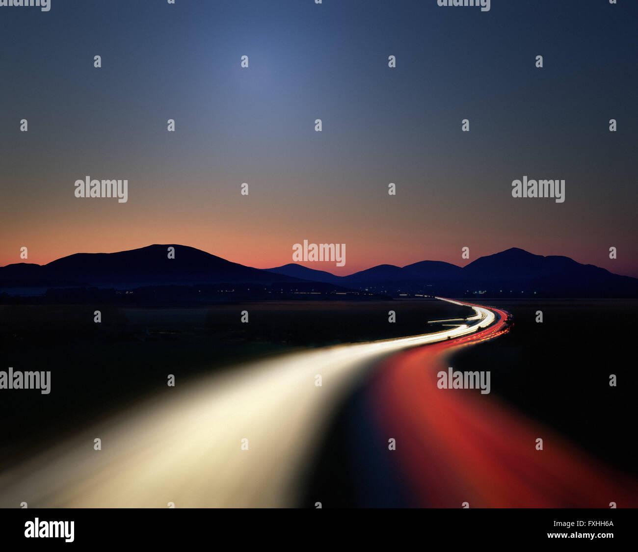 DE - Bayern: Autobahn München nach Salzburg bei Nacht Stockbild