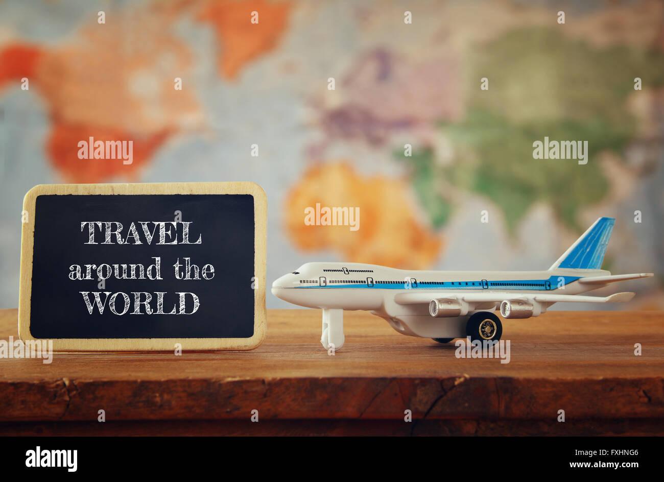 Flugzeug Spielzeug neben Tafel. Vintage gefilterten Bild. selektiven Fokus Stockbild