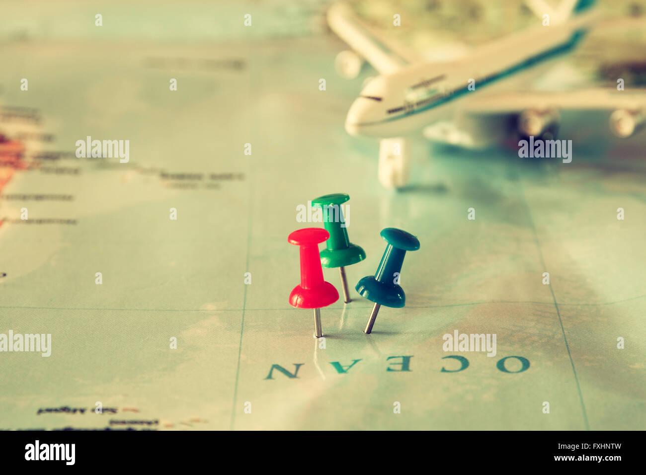 Stifte angebracht, um die Karte, Lage oder Reisen Reiseziel zeigen. Retro-Stil Bild. selektiven Fokus. Stockbild